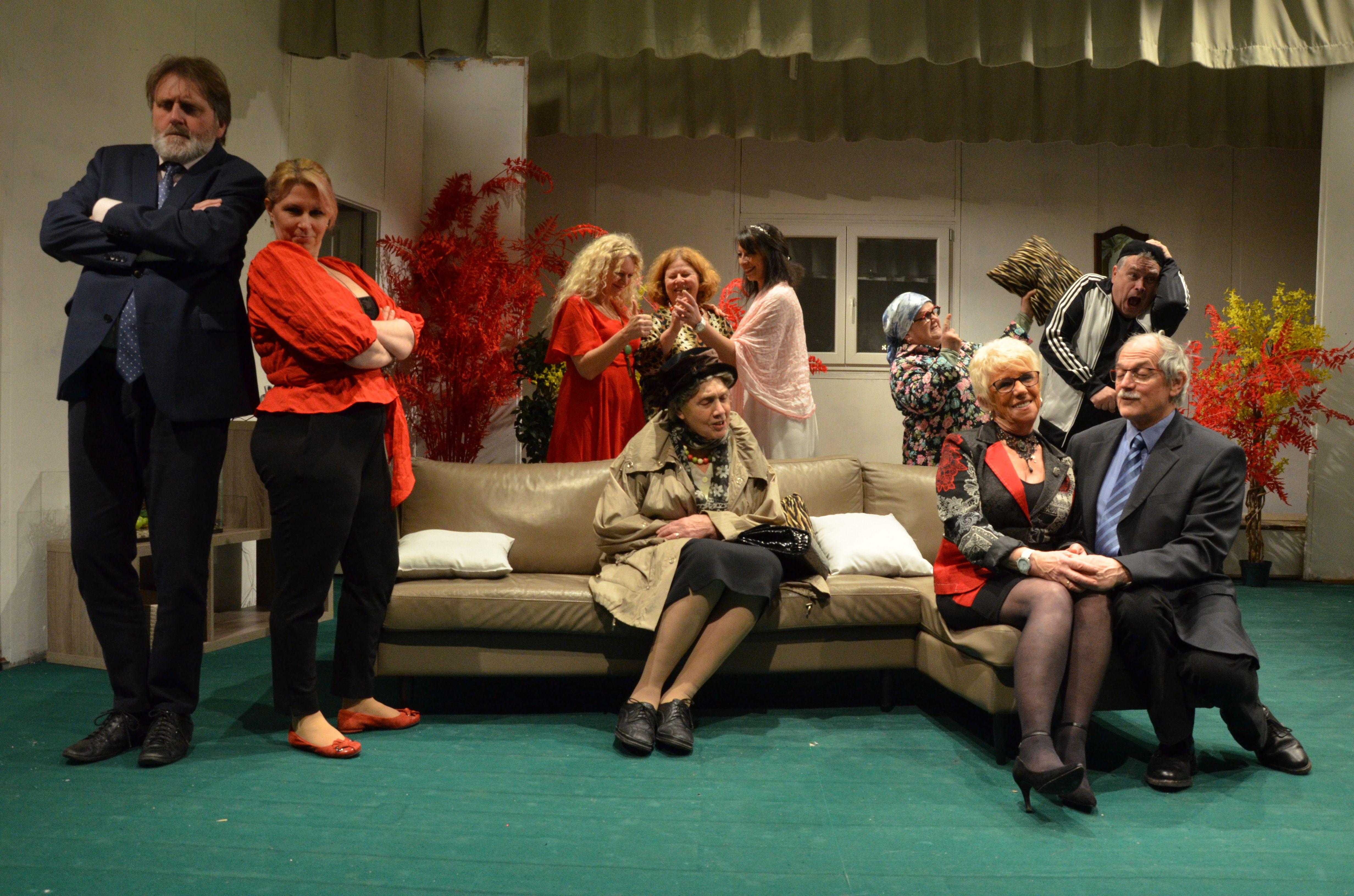 Après avoir tenu l'affiche avec « Hilf, em Dokter esch net guet », la troupe du Théâtre alsacien de Saverne reporte la comédie « De Meischterboxer », prévue en février à octobre, et prépare un drame, « Adie Herr Haffmann ».